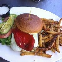 Foto tomada en Lodo's Bar And Grill por Jack W. el 5/6/2012