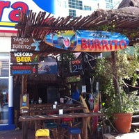Foto tomada en The Surfin Burrito  por Kelly M. el 10/28/2011