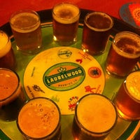 Photo prise au Laurelwood Public House & Brewery par emuchico W. le4/26/2012