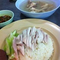 Photo taken at Kai Ton Pratunam (Go Arng) by Michiko M. on 8/29/2012