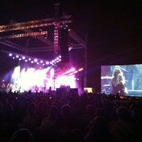 Photo taken at אמפי פארק הופעה שרית חדד by Eyal C. on 5/17/2012
