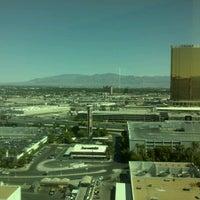 Снимок сделан в The Mirage Convention Center пользователем Toby L. 6/10/2012