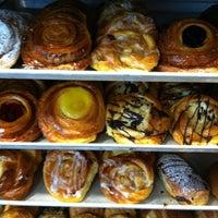 Das Foto wurde bei SanRemo Bakery von Andrew B. am 5/20/2012 aufgenommen
