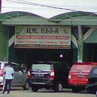 Photo taken at Rumah Makan ELLA - Spesial Bebek Goreng Pedas by Tatitdwiwaskito T. on 2/25/2012