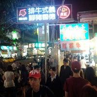 Foto tomada en Rueifeng Night Market por Zucoo S. el 4/3/2012