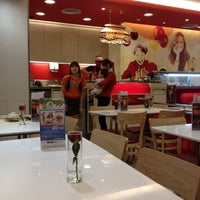 Photo taken at Swensen's by Fongbeer C. on 6/26/2012