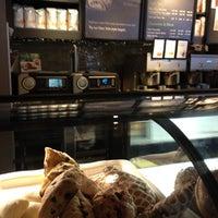 Das Foto wurde bei Starbucks von Mark P. am 4/1/2012 aufgenommen