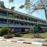 Photo taken at หอประชุมโรงเรียนบรรหารแจ่มใสวิทยา 5 by Tho on 1/23/2012