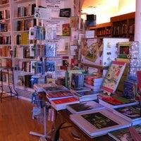 รูปภาพถ่ายที่ Greenlight Bookstore โดย thecoffeebeaners เมื่อ 5/31/2012