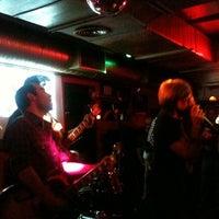 Foto tomada en Rock&Roll Radio Club por Elo M. el 2/26/2011
