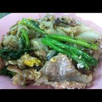 Photo taken at ราดหน้ายอดผัก นายเหลา by Gukuanteen Z. on 8/1/2012
