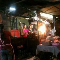 Photo taken at ร้านลาบยโส-สามเหลี่ยมดินแดง by Ramin on 1/24/2012