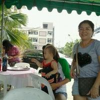Photo taken at โต๊ะเลี้ยงงานทำบุญตึกต้นปาล์ม ใบปาล์ม by assana23 on 1/28/2012