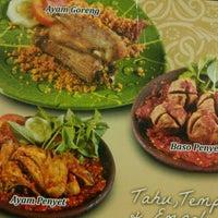 Photo taken at Ayam dan Ikan Goreng Cianjur by panji _. on 9/7/2011