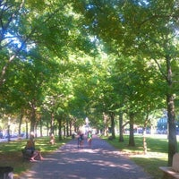 Foto tirada no(a) Commonwealth Avenue Mall por Sean B. em 10/10/2011