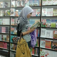 Photo taken at POPULAR Bookstore by Fateen M. on 8/10/2012