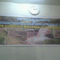 Photo taken at Ayam kremes putri kencana by Indra W. on 9/16/2011