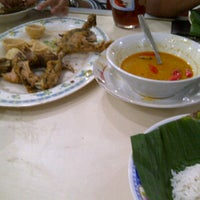 Photo taken at Nasi Ayam Lodho Pak Yusuf by Whisnu A. on 9/3/2011
