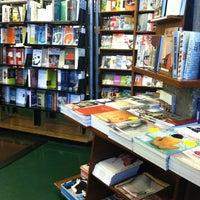 รูปภาพถ่ายที่ St. Mark's Bookshop โดย Amy เมื่อ 6/9/2012