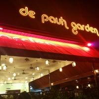 Foto tomada en De Pauh Garden Restaurant & Cafe por Shah A. el 4/27/2012