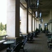 รูปภาพถ่ายที่ Inn On Biltmore Estate โดย Kevin B. เมื่อ 3/29/2012