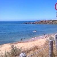 Foto tirada no(a) Praia de São Pedro do Estoril por Andreia M. em 8/3/2012
