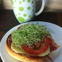 Foto tomada en Café Canela por Adrianna R. el 5/2/2012