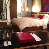 Das Foto wurde bei Le Germain Hotel Toronto Mercer von Miss Poudrette am 6/28/2012 aufgenommen