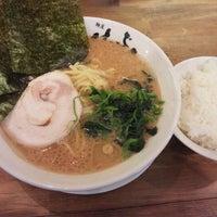 Photo taken at 横浜家系 麺屋 はやぶさ by upk on 10/27/2011