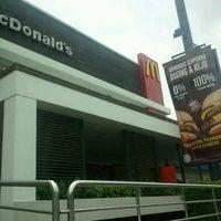 Снимок сделан в McDonald's пользователем Adrian C. 10/2/2011