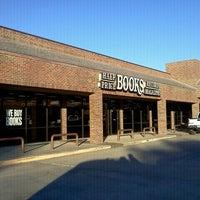 Foto tirada no(a) Half Price Books por Jenny M. em 1/13/2012