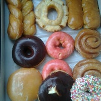 Photo taken at Winchell's Doughnut House by Leslie M. on 9/25/2011