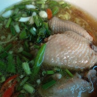 Photo taken at ไก่นุ่ม ก๋วยเตี๋ยวไก่ตุ๋นต้มยำ by Cookie C. on 5/26/2012