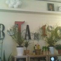 Photo taken at Café Botánico by Gozarte Z. on 12/17/2011
