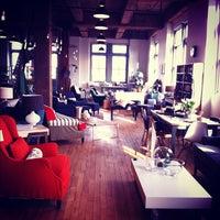 Foto tomada en Schoolhouse Electric & Supply Co. por Tanner S. el 1/28/2012