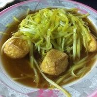 Photo taken at ข้าวต้ม ไทยพาณิชย์ แม่กลอง by Humming B. on 8/29/2012