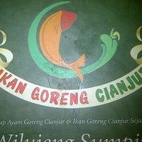Photo taken at Ikan Goreng Cianjur by permana h. on 9/4/2011