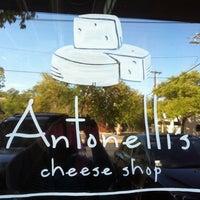 9/24/2011 tarihinde Rachel M.ziyaretçi tarafından Antonelli's Cheese Shop'de çekilen fotoğraf
