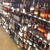 Foto tomada en Argonaut Wine & Liquor por Alexander F. el 9/22/2011