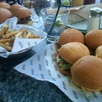 Photo prise au Stripburger par Chrystopher le7/17/2012