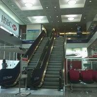Photo taken at HSBC Bank   U CHULIAMG Tower by Gorawin W. on 8/15/2011