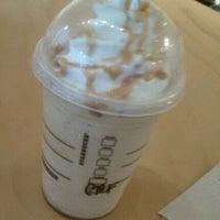Foto diambil di Starbucks oleh Sabra B. pada 10/4/2011
