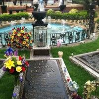 7/13/2012에 Cliff R.님이 Elvis's Grave에서 찍은 사진