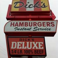 Foto tomada en Dick's Drive-In por Todd M. el 12/15/2011