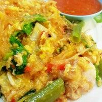 Photo taken at ต้นอ้อยอาหารตามสั่ง by Kimochii M. on 5/23/2012