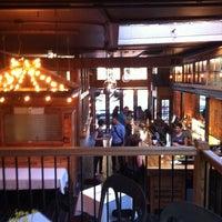 Foto tirada no(a) Two Door Tavern por Jeremy B. em 6/13/2011