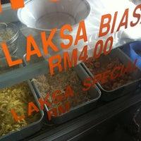 Photo taken at Mom's Laksa Kopitiam by Saiful on 3/4/2012