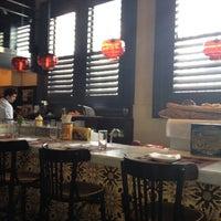 Foto tomada en Michael's Genuine Food & Drink por Tom W. el 4/14/2012