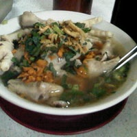 Photo taken at Mie Baso Ceker Pasundan by Komang Eppatie Y. on 7/6/2012