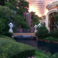 Foto tirada no(a) Wynn Waterfall por Oscar L. em 8/7/2012